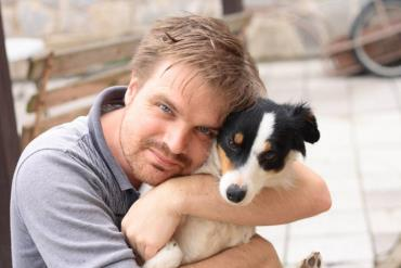 بغل کردن سگ